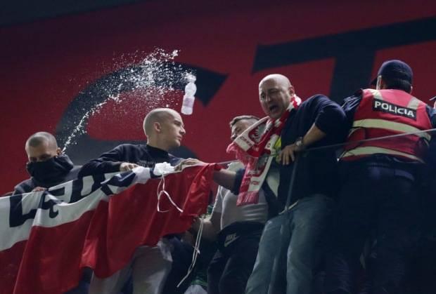 Non posso permettermi di perdere! Giocatori polacchi attaccati dai tifosi della squadra di casa